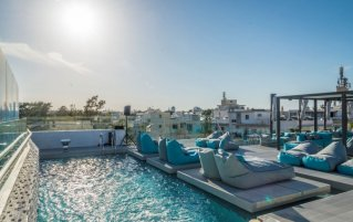 Buitenzwembad overdag met ligbedden hotel Maritina vakantie Kos