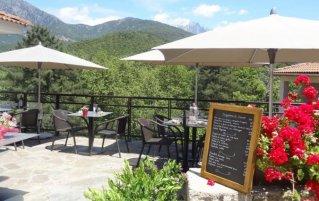 Terras met uizicht van hotel Des Deux Sorru in Corsica