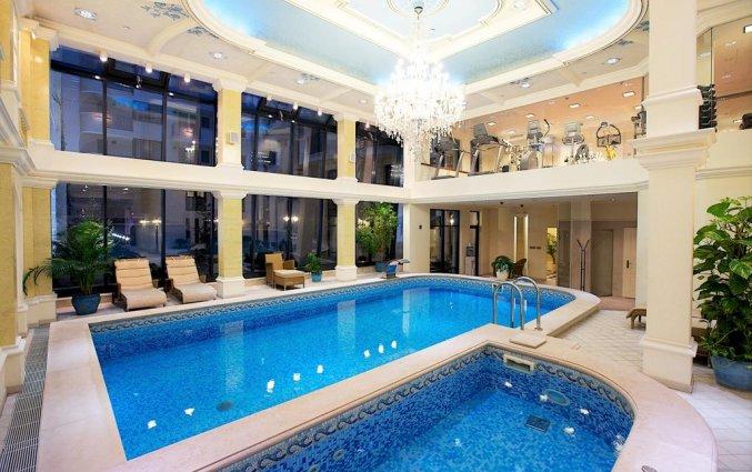 Binnenzwembad van Hotel Queen's Court in Budapest