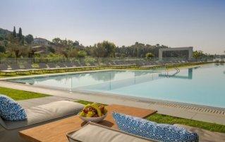 Zonneterras en zwembad van Hotel Rodostamo op Corfu