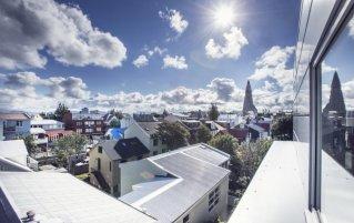 Uitzicht vanuit Hotel Odinsve in Reykjavik op IJsland