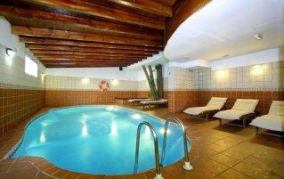 Binnenzwembad van hotel Casual Valencia de las Artes stedentrip Valencia