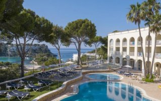 Buitenzwembad met uitzicht van Aparthotel Floramar op Menorca