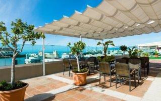 Terras bij Hotel Monarque El Rodeo in de Costa del Sol