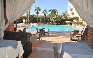 Terras en buitenzwembad van Hotel Argana Garden in Agadir