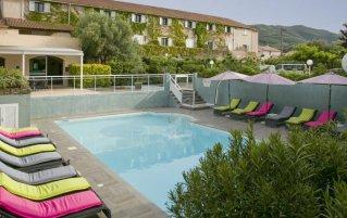 Buitenzwembad en ligbedden van Hotel U Ricordu op Corsica