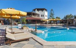 Zwembad en ligbedden bij Hotel Gaia Garden op Kos