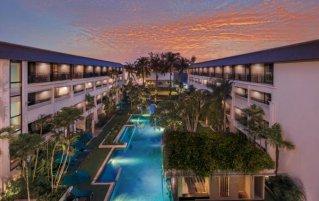 Kamers met balkon uitkijkend op het zwembad met zonsondergang van Resort DoubleTree by Hilton Banthai Beach