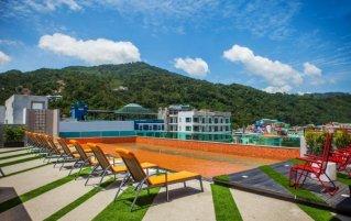 Zwembad met uitzicht op de bergen van hotel Crib Patong op Phuket